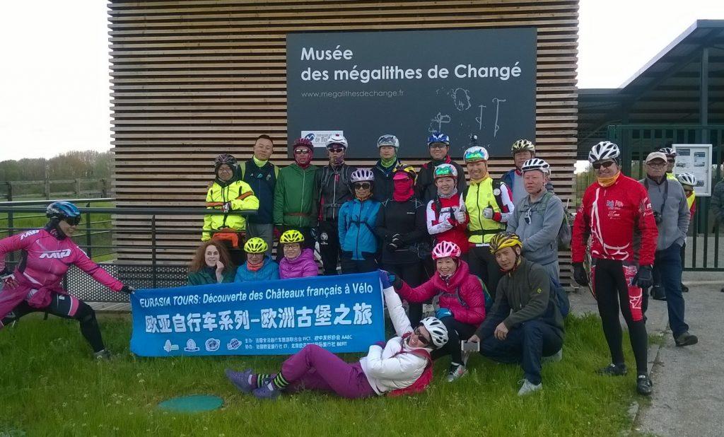 Groupe de cyclotouristes chinois au Musée des mégalithes de Changé - 28/04/2016